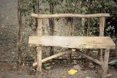 Houten stoelen in de tuin Royalty-vrije Stock Fotografie