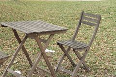 Houten stoelen in de tuin Stock Fotografie