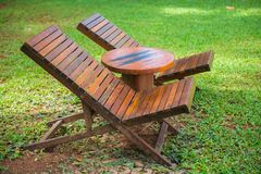 Houten stoelen en lijst in de tuin Royalty-vrije Stock Afbeeldingen