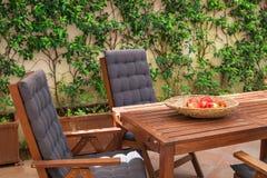 Houten stoelen en lijst voor ontspanning stock foto's