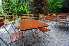 Houten stoelen en lijsten in parkkoffie Stock Foto