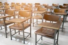 Houten stoelen in het klaslokaal stock fotografie