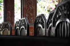 Houten stoelen met gedetailleerde woodcarvings Stock Foto's