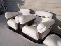 Houten stoelen met sneeuw Royalty-vrije Stock Afbeelding