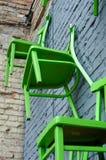 Houten stoelen op de muur Royalty-vrije Stock Foto's