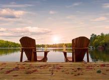 Houten stoelen op een meerdek Stock Afbeelding