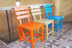Houten stoelen op keramische tegelsvloer Stock Foto's