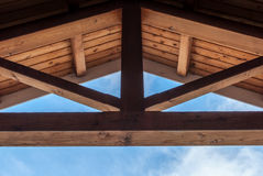 Houten straalplafond met symmetrisch ontwerp Stock Fotografie