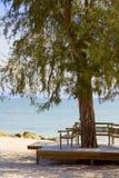 Houten strandbank en het overzees Stock Afbeelding