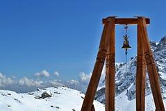 Houten structuur met klok in bergen in duidelijke zonnige dag Royalty-vrije Stock Afbeeldingen