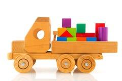 Houten stuk speelgoed auto met kleurrijke blokken Stock Foto