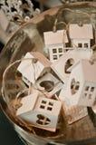 Houten stuk speelgoed huizen in een mand voor verkoop Stock Fotografie