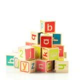Houten stuk speelgoed kubussen met brieven. royalty-vrije stock afbeelding