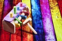 Houten stuk speelgoed met hamer Stock Afbeeldingen