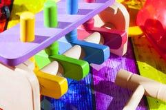 Houten stuk speelgoed met hamer Stock Fotografie