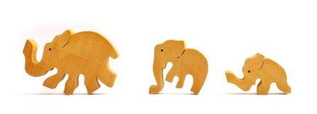 Houten stuk speelgoed olifanten in een rij Royalty-vrije Stock Afbeeldingen