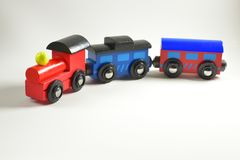 Houten stuk speelgoed trein met kleurrijke blokken op witte achtergrond Stock Afbeeldingen