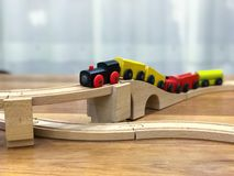 Houten stuk speelgoed trein op houten spoor stock foto's