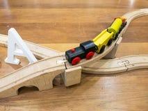 Houten stuk speelgoed trein op houten spoor Royalty-vrije Stock Afbeeldingen