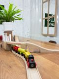 Houten stuk speelgoed trein op houten spoor Stock Fotografie