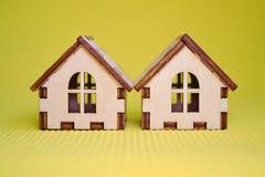 Houten stuk speelgoed twee huismodel op groen vooraanzicht als achtergrond royalty-vrije stock afbeelding