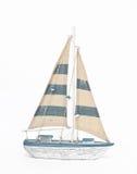 Houten stuk speelgoed varende boot op witte achtergrond Royalty-vrije Stock Foto's