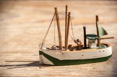 Houten stuk speelgoed visserijschip stock fotografie