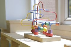Houten stuk speelgoed voor jonge geitjes in een kleuterschoolklaslokaal 2 royalty-vrije stock foto