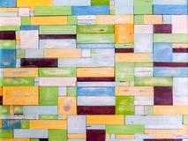 Houten stukken willekeurige buitensporige kleur op oppervlakte Royalty-vrije Stock Afbeelding