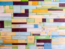 Houten stukken willekeurige buitensporige kleur op oppervlakte Stock Afbeeldingen