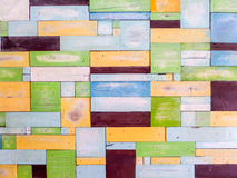 Houten stukken willekeurige buitensporige kleur op oppervlakte Royalty-vrije Stock Fotografie
