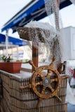 Houten stuurwiel en een witte netto visser royalty-vrije stock afbeeldingen