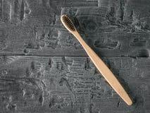 Houten tandenborstel met zwart varkenshaar op donkere houten lijst De mening vanaf de bovenkant royalty-vrije stock afbeelding
