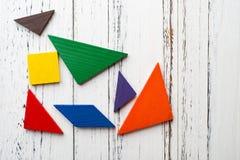 Houten tangram op wit hout stock afbeeldingen