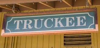 Houten teken bij de muur van het Truckee-station Stock Afbeeldingen