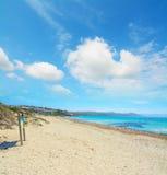 Houten teken in de kust van Capo Testa Stock Foto