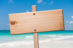 Houten teken in het strand. royalty-vrije stock afbeelding
