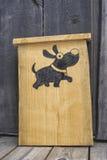 Houten teken met hondbeeld Stock Foto