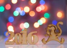 Houten teken van aap en incsription van het jaar van 2016 Stock Fotografie