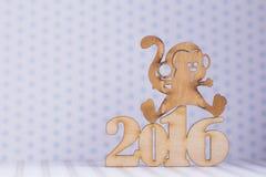 Houten teken van aap en inschrijving van het jaar van 2016 op lichte rug Stock Foto's