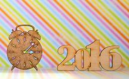 Houten teken van wekker en inschrijving van het jaar van 2016 op rainb Royalty-vrije Stock Fotografie