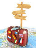 Houten tekenraad en oude koffer met striplesvlaggen op vage wereldkaart Stock Fotografie
