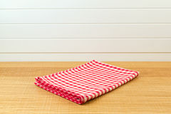 Houten teller met rood gecontroleerd tafelkleed voor de achtergrond van de productmontering royalty-vrije stock afbeelding
