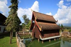 Houten tempelarchitectuur in stijl Lanna op vijver stock afbeeldingen