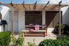 Houten terras in tuin Stock Afbeelding