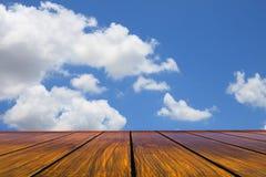 Houten terrasperspectief aan blauwe hemel witte wolk Royalty-vrije Stock Foto