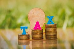 Houten TEX met de inschrijving 'Belasting ' stock foto's
