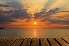 Houten Textuur en Mooie Achtergrond met Overzees, Zon en Wolken bij Kleurrijke Zonsopgang royalty-vrije stock fotografie