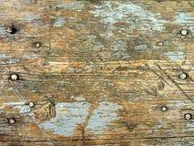 Houten textuur met spijkers en overblijfselen van gebarsten verf stock foto's