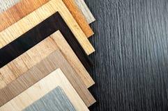 Houten Textuur Oppervlakte van teak houten achtergrond voor ontwerp Steekproeven van gelamineerde en vinylvloertegel op houten Ac Stock Foto